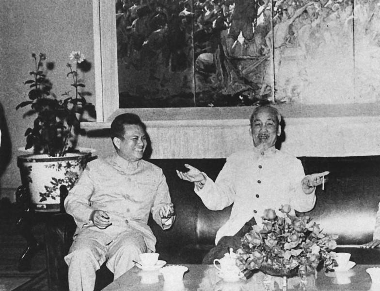 Chủ tịch Hồ Chí Minh tiếp và nói chuyện thân mật với đồng chí Kaysone Phomvihane, Trưởng đoàn đại biểu Đảng và Mặt trận Lào yêu nước sang thăm hữu nghị Việt Nam (năm 1966)_Ảnh: Tư liệu TTXVN