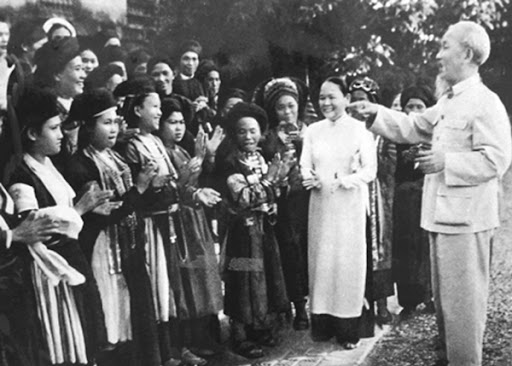 Bác Hồ tiếp đoàn đại biểu các dân tộc Hà Giang (15.11.1965). Ảnh: TƯ LIỆU