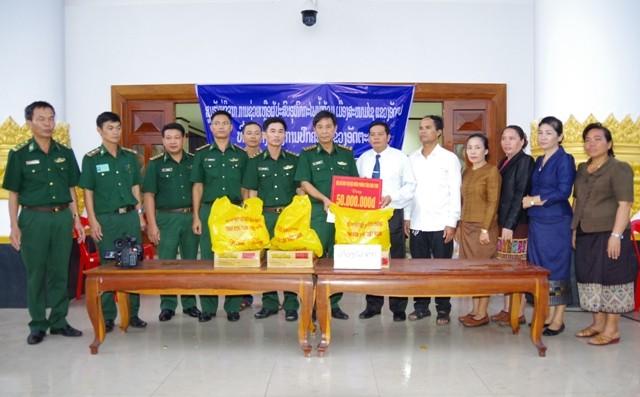 Bộ đội Biên phòng Kon Tum tặng tiền, hàng cứu trợ cho chính quyền tỉnh Attapư (Lào)