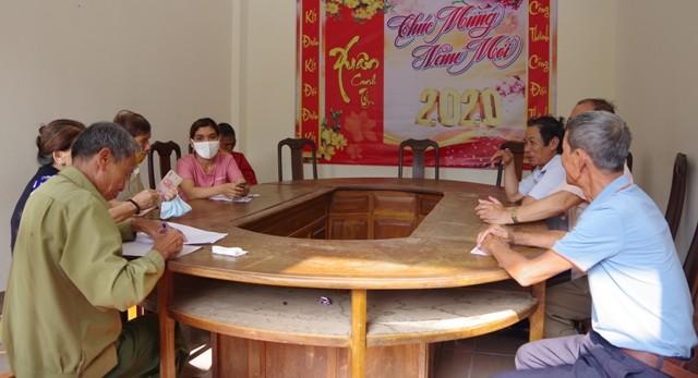 UBND thành phố Kon Tum thực hiện chi trả tiền hỗ trợ cho các đối tượng thuộc diện người có công cách mạng bị ảnh hưởng bởi dịch bệnh Covid-19 theo Nghị quyết 42/NQ-CP, ngày 9/4/2020 của Chính phủ. (ảnh: kontum.gov.vn)