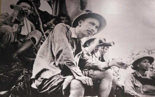 Chủ tịch Hồ Chí Minh trên đài quan sát tại mặt trận Đông Khê (1950).