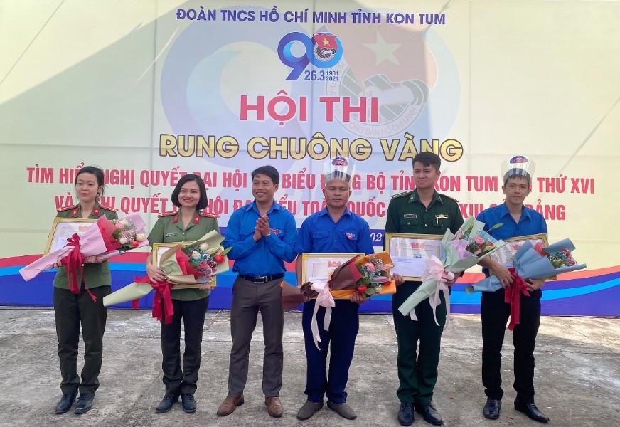 Lãnh đạo Tỉnh đoàn trao giải cho các bạn ĐVTN đạt giải