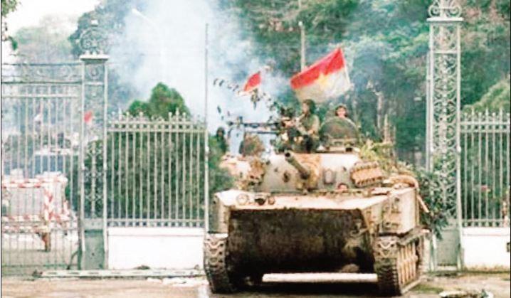 Xe tăng quân giải phóng tiến vào Dinh Độc Lập ngày 30/4/1975. (Ảnh tư liệu)